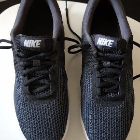 Nike Str 40,5. Brugt ca 2 mdr som indendørs sko til idræt i skolen.