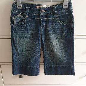 Lange shorts i denim fra Only i Størrelse 27. Svarer vel til en 34/36 - Small.  KUN brugt EN enkelt gang, og derfor som nye. Længde fra skridt og ned/ indvendig benlængde ca. 28 cm.   Kan afhentes på Vesterbro i København eller sendes. Køber betaler dog porto 😎