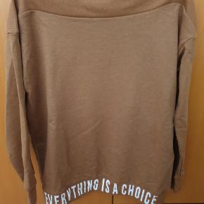 Lækker sweatshirt, aldrig brugt.  Giv et bud