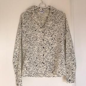 Lækker hvid/beige skjorte med print
