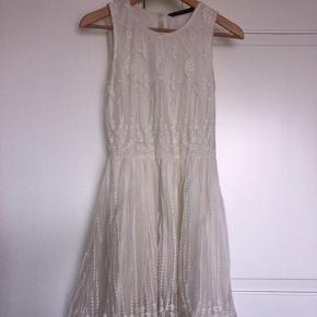 Den flotteste kjole fra Zara.  ☝🏻 Der står str. S i mærket men vil sige den er lille i størrelsen. ☝🏻 Brugt en enkelt gang.  #trendsalesfund