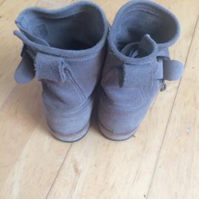 Støvler fra munderingskompacniet str. 36 Flittigt brugt, og stadig fine. Jeg har fået nye hæle og under sål på. Nypris 2000kr