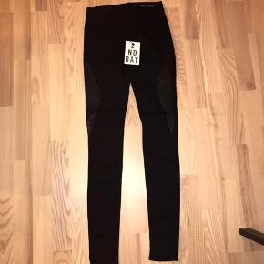 2nd Day str. 25 / 33 Jeggins i skinny fit. Jeans med skind. Sorte. Små fejl i læderet på det Venstre ben (se billeder af det), og mærket er klippet over indeni. Aldrig brugt. Stadig med tags / prismærke. Nypris uden fejl er 1200 kr. Style name: 2nd Jolie Perfect Leather.  Jeg har også mange andre jeans fra Day i nogenlunde samme størrelse til salg :)  Se også mine mange andre annoncer med lækre mærkevarer, vintage og andre fine ting til gode priser. Der er ekstra gode priser, hvis du køber flere af mine varer :)  Varen er i Blovstrød på Nordsjælland.