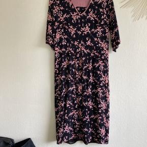 Brugt en gang. Meget fin kjole med lyserødt mønster. 100% viskose