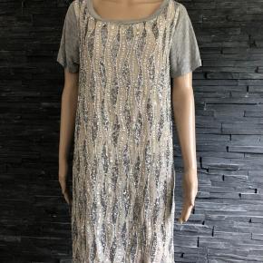 Smukkeste kjole ever  Sidder så flot på og materialet er viscose så super lækker at have på.  Brugt få gange  Bryst 102 cm Længde 98 cm