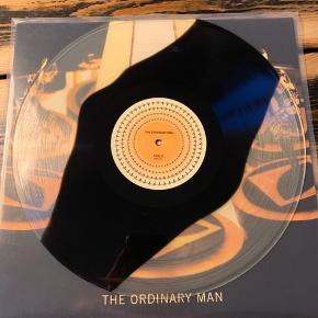 Dancing Man Lp! Tjek linket https://youtu.be/neztG10ZHtU  LP'erL'Orange - The Ordinary Man, LP [Limiteret Sort/Gennemsigtig Vinyl]  Tredje soloalbum fra produceren L'Orange. På limiteret sort/gennemsigtig vinyl med phenokistiscopiske labels, der bliver animerede under et stroboskop. Med features fra bl.a. Blu, Elzhi, Del The Funky Homosapien og Oddisee.