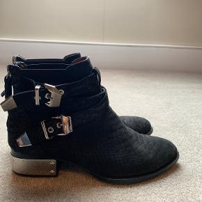 Sælger disse super flotte støvler!! De er et år gamle, kan ses en lille smule at de er blevet brugt nogle gange, men ikke meget! Kan også passes af en 36  Ny pris 1599kr, de er købt i magasin