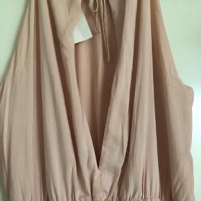 Smuk gulvlang kjole fra h&m i rosafarvet. Åben i det øverste af ryggen (se de andre billeder) Falder super flot. En smule elastik i taljen. Aldrig brugt og stadig med mærke. Trænger lige til at blive Strøget da den har hængt i skabet.