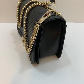 Flot taske fra designeren Rebecca Minkoff. Navnet er Love Crossbody Nappa. Måler 25 x 9 x 16. Helt ny med dustbag og originale tags