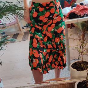 Midi lang nederdel fra envii med appelsinprint og frynser. Med elastik bånd i taljen, så den passer xs-s. Kun brugt få gange med ingen tegn på slid