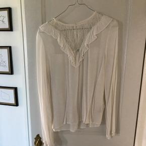 Hvid bluse fra H&M. Str. 38 men krympet en lille smule i vask. Brugt få gange