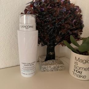 Lancôme Galatée Confort Comforting Cleansing Milk Dry Skin - 400 ml. Limited edition   Nypris: 300 kr.    Er en Blød og cremet rensemælk, der blidt fjerner makeup og snavs fra huden. Renser, gennemfugter og plejer huden, så den bliver ren, blød og behagelig. Formlen indeholder ekstrakt fra mandel og honning, der nærer og blødgør huden.  Særlig skånsom for huden, og speciel velegnet til tør hud.  Anvendelse af Lancôme Galatée Confort Comforting Cleansing Milk Dry Skin:  Påfør til ansigtet med cirkulærer bevægelse. Fjern derefter overskydende rensemælk med en vatrondel.