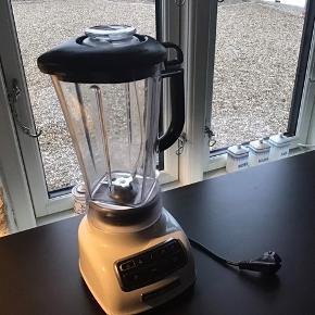 Kitchenaid blender Virker upåklageligt, dog er der en revne i kanden, som er repareret (se billeder). Perfekt hvis du har en maskine der ikke virker, men har en kande! ☺️