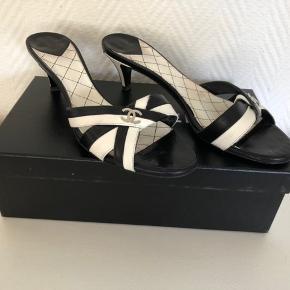Sandaler med lille hæl fra Chanel, fremstår i en næsten ny stand.  Jeg bruger 37.5, og passer dem fint.  Kasse, kvittering og dustbag medfølger.  Pris: 1400,-
