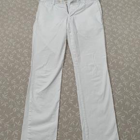 Sommer chinos i verdensklasse! Med disse hvide Ralph Lauren chinos bliver man ikke meget mere sommerlig i tøjet. Perfekt både til formelt og mere smart casual. Bukserne er stretch slim fit i en str 32/34.