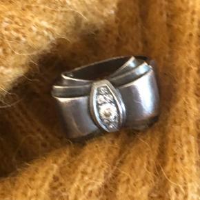 Ring i mat og gråt rhodineret 925 sterling sølv og med 6 x 0.01 ct og 1 x 0.10 ct brilliantslebne diamanter i kvaliteten Wesselton, SI2.  Str 53.  Mindstepris: 4000 via bank/mobilepay (koster 7800 i butikkerne)