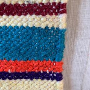Lækkert blødt hånd knyttet marrokansk tæppe i ægte fåre uld ( berber kalim )  Tæppet er over 40 år gammelt men fremstår rigtig pænt.  Tæppet måler 1,82 b og  4,37 cm langt. Super lækker tæppe til indretning i div. Hjem .  Tæppet er vurderet på Lauritz til 6000,- se foto
