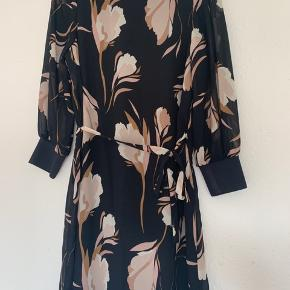 Fin kjole fra Vero Moda som kun er brugt 1-2 gange.  Der er bindebånd på kjolen som kan tages af.  Kjolen er i str. M