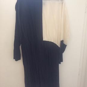 Flot silke/viskosekjole    Sort med hvid venstre overdel foran og bagved.  BYD gerne
