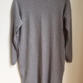 Blød og fleksibel gråmelleret kjole i let blød cashmere. Størrelsen hedder xs/s, men er selv small/medium, og passer den. Desværre aldrig brugt. Ny pris 499kr