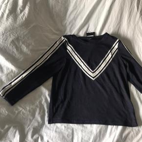 Fin, blå trøje med striber fra Sister Point. En str. L, men er meget lille i str. stadig med prismærke  Nypris: 220