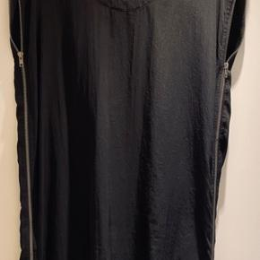 Dejlig løs kjole fra Storm & Marie med lynlåsdetaljer i siderne. Kan bruges både til hverdag og fest.