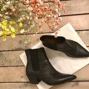 Lækre, leather stud boots fra Bianco. Kun brugt én enkelt gang.   Nypris: 1299,95,-