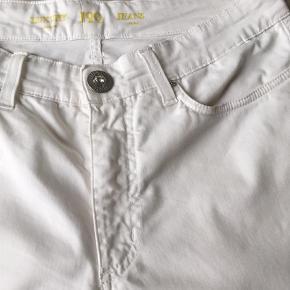 Skønne 7/8 bukser  lynlås bag på buksebenet  (London Rome) står der på lappen  Livvidde 45x2  Benlængde  fra talje 94 cm  97 % cotton 3 % elestan Ingen pletter eller brugs spor  Bukser Farve: Hvid