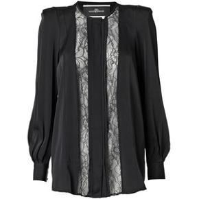 Fantastisk smuk bluse i sort silke-agtigt stof. Jeg har fjernet skulderpuderne, så den sidder som en normal skjorte. Kan sende dem med ved køb, de kan nemt sys på igen.  Ingen fejl og er SÅ FLOT.  Sælger den også i beige/råhvid.