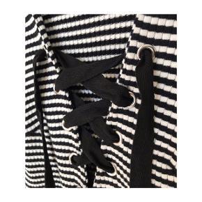 Stribet bluse - i råhvid og sort - fra Gina Tricot. Størrelsen er en medium, materialet består af bomuld. Blusen har været taget i brug og været vasket en enkelt gang, standen er derfor næsten som ny.   Mp: Se prisen + evt. porto  Tag også gerne et kig på mine mange andre annoncer - har en masse lækre sager til salg; bl.a. fra Zara, Gestuz, H&M, Envii og mange andre.
