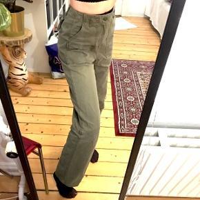 Super behagelige armygrønne bukser fra h&m, str 34/S. Brugt højest 2 gange