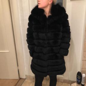 Brand: Levinsky Varetype: Pels Farve: Sort Oprindelig købspris: 12500 kr.  Super smuk pels i sort ræv. Passer str 34/36