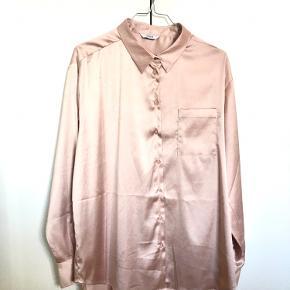 Envii skjorte i skinnende stof. Lidt oversize. Brugt få gange.