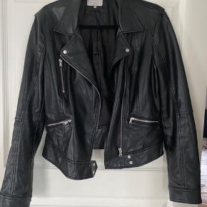 Faux-leather. Meget blød og behagelig. Passes også af en STR M