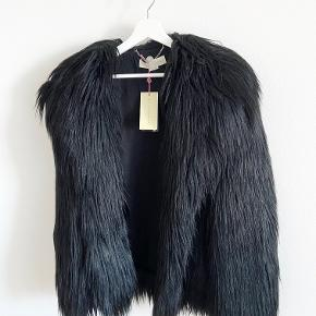 Rigtig smuk 'faux fur' jakke fra Stella McCartney. Aldrig brugt. Str. 40 (Medium)  Set på Kate Moss og Stella McCartney ✨  Length: 65 cm Shoulder width: 47 cm Chest: 54 cm Sleeve length: 58 cm
