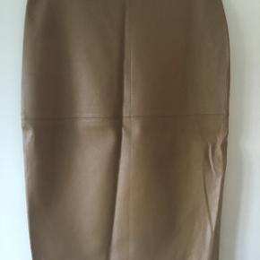FLORIDA EXCELLENT SKIND NEDERDEL                 Excellent pencil skind nederdel fra BY MALENE BIRGER i flot glat design i ekstra vagant stretch læder i en blød kvalitet med rå sømme. Nederdelen har fast talje med lynlås lukning samt en flot knælang længde. Style nederdelen med en flot strik og et par smarte støvletter! Længde: ca. 62 cm i str. 36 + ca. 1 cm per str. Kvalitet: 100% Læder  I butikkerne til 4000 kr