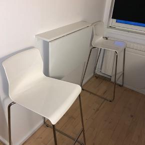 En meget god og praktisk klapborde der måler 74*59,5 Bordet er som ny og på stolene er der almindelig brugsspor