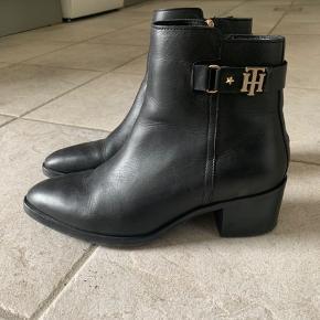 Super fede Tommy Hilfiger støvler ! Sælges kun da jeg kun har haft dem på en gang, men må desværre erkende at de er for små til mig😭👎 Normal pris 1500,-