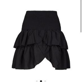Sælger min super søde neo noir nederdel, den er i str small og i sort.  Den er aldrig brugt og derfor ingen tegn på slid. BYD