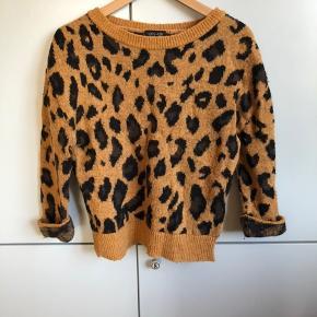 #Secondchancesummer Fed strik sweater i leopard motiv. Med akryl og uld.  Er brugt og da materialet er med uld er det fnuldret sammenholdt med ny, se billede. Fremstår herudover uden skrammer eller anden slitage.