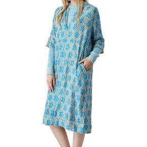 Smuk kjole fra Ganni med nude baggrund og blå/grønne glimmer detaljer. Den kan lynes helt op eller cirka 15 cm ned foran, og har indvendige lommer i siderne.  Kjolen er aldrig brugt og har stadig prismærke på. Perfekt til julens og nytårets mange fester. Er størrelse 40, men er oversize, så vil kunne passe alt fra 38-42 ✨ Afhentning foregår i Nordvest, hvor man også er velkommen til at prøve tøjet. Jeg bytter ikke, men sender gerne 📦 #trendsalesfund