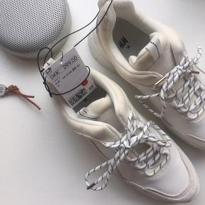 Fede hvide sneakers fra H&M. Købspris 300 og stadig med mærke i.  Se også mine andre annoncer ✨🦚
