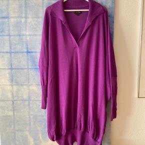 Den flotteste oversize Vivienne Westwood kjole i 100% Lana Vergine / Virgin Wool fra Italien   Den er en str S, men som ses på billederne burde den virkelig passe de fleste. Jeg er normalt en str 40/42, L/Xl og er 179 cm høj  Kjolens snit er meget draperet og den falder så flot og elegant   Stramme ærmer og meget fin krave   Farven er tilsvarende billederne  Brugt meget få gange, fremstår som nærmest ny  Bytter ikke  Kan prøves og afhentes på indre Nørrebro  Sender med DAO, køber betaler omkostninger