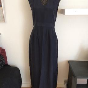 skøn silkekjole fra Saint Tropez. 100% silke med lynlås i side og slidser i sider i ben. opr pris 999,-