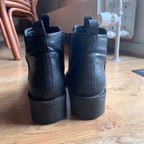 Fine støvler fra Bianco. Brugt i en sæson. Der er lidt tegn på slid så de sælges derfor billigt 😊  Hæl: 4 cm Foran: 2 cm