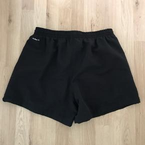 Adidas shorts Str. L Med lommer uden lynlås.