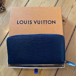 Flot blå læder pung fra LV. Kvittering haves desværre ikke længere, men står 100% inde for autenciteten. Original støvpose og æske medfølger.   #trendsalesfund