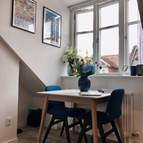 BoConcept Blå Filt Spisebordsstole.  Giver en meget komfortabel siddeplads, og er ideel til at give et pift til indretningen.  Fungerer perfekt til studerende, eller andre, der ikke behøver mere end to stole.   Nypris; 3299,- Pr. Stk.  Prisen nu er for begge.   Kommer fra ikke-ryger og dyrefrit hjem.