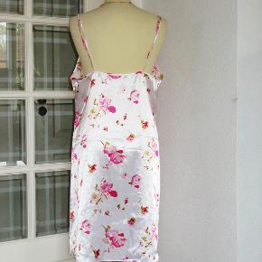 Hvid m roser  100 % NY: Lækker satin-natkjole med regulerbare bh-stropper. Materialet er polyester.  Brystvidde: 49 cm x 2 Hoftevidde: 61 cm x 2 Længde: 98 cm  Ingen byt, og prisen er fast.