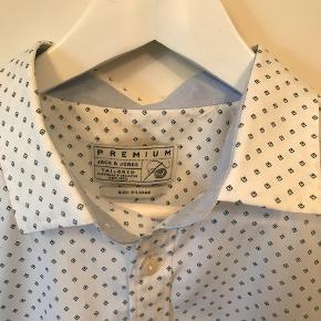 Lækker hvid skjorte med diskret mønster med små blå romber. 'Premium' quality. I 'lige snit'